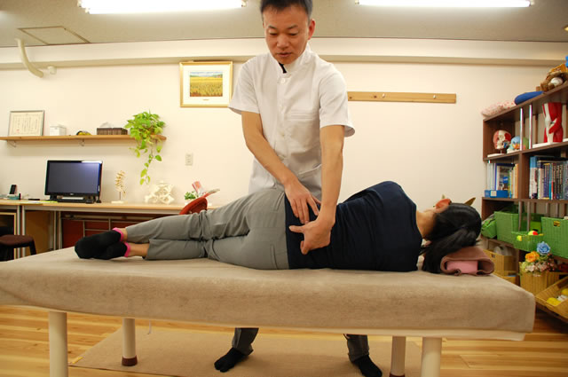 骨盤の抱え込みを改善するAKAイメージ